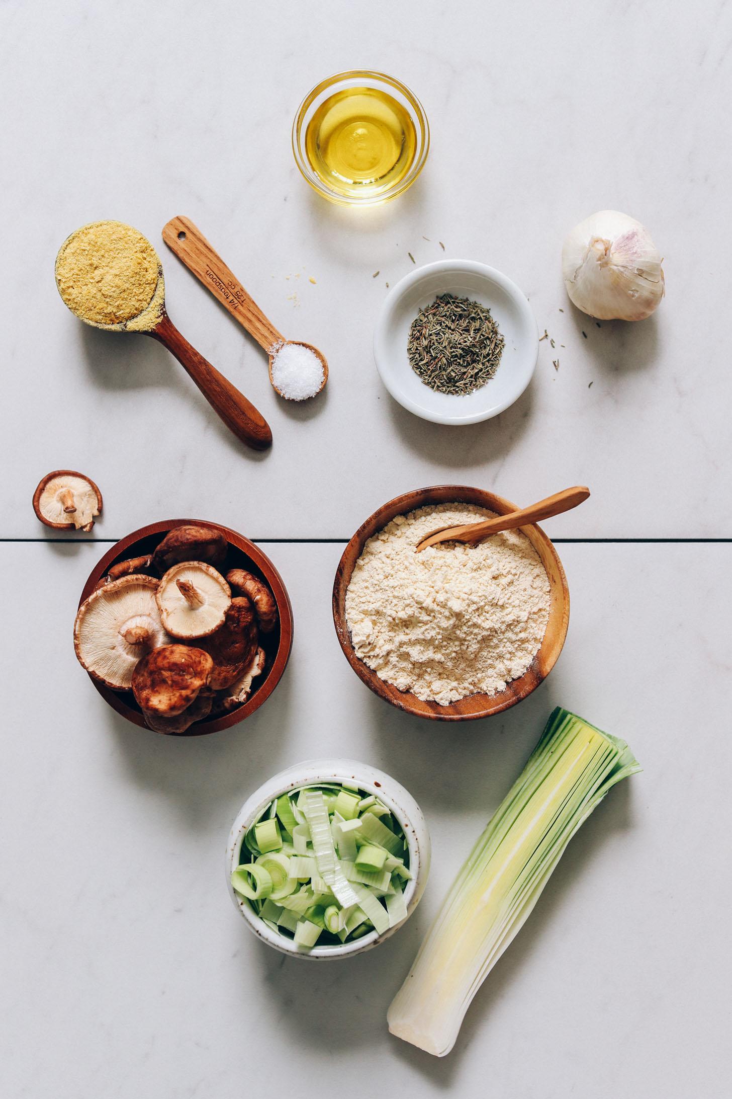 Táplálkozási élesztő, só, olívaolaj, kakukkfű, fokhagyma, csicseriborsóliszt, póréhagyma és gomba