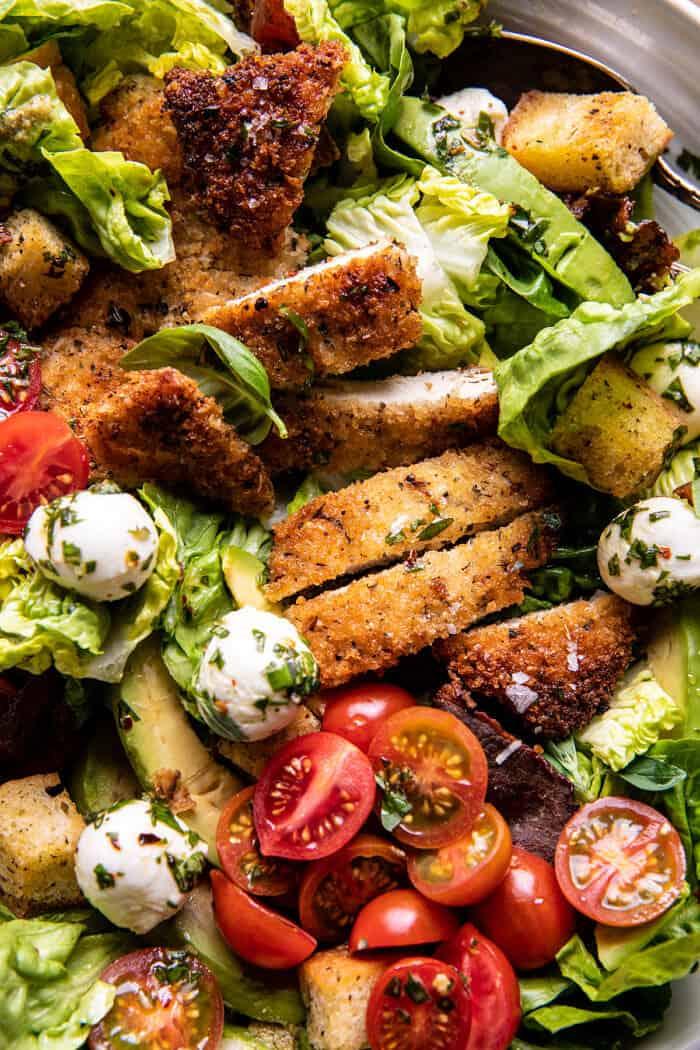Ropogós olasz csirke - és szalonnasaláta Tahini Pesto öntettel és savanyú krutonnal    halfbakedharvest.com