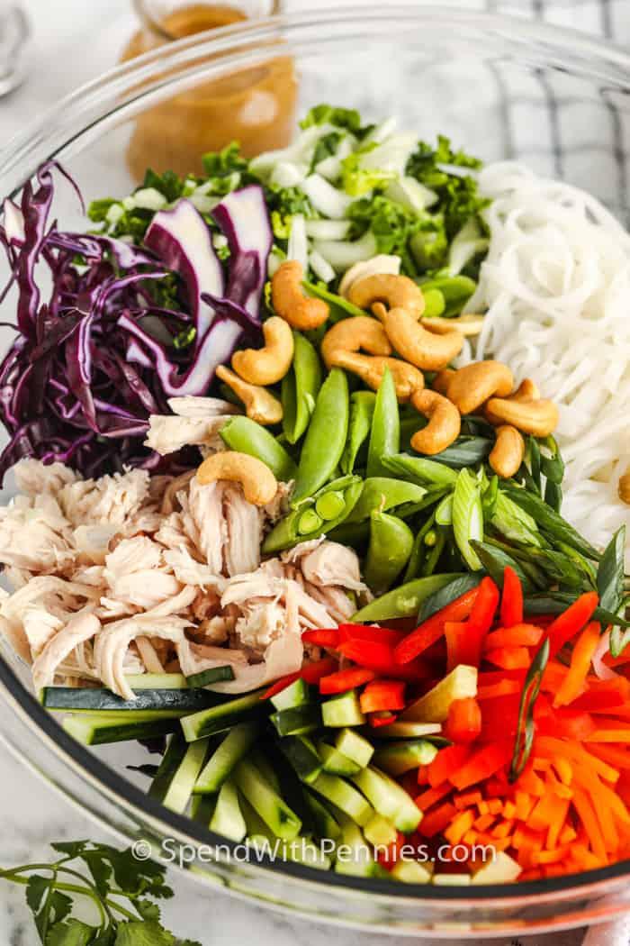 Közelkép az összetevők egy tálba, hogy a szezám gyömbéres tészta saláta