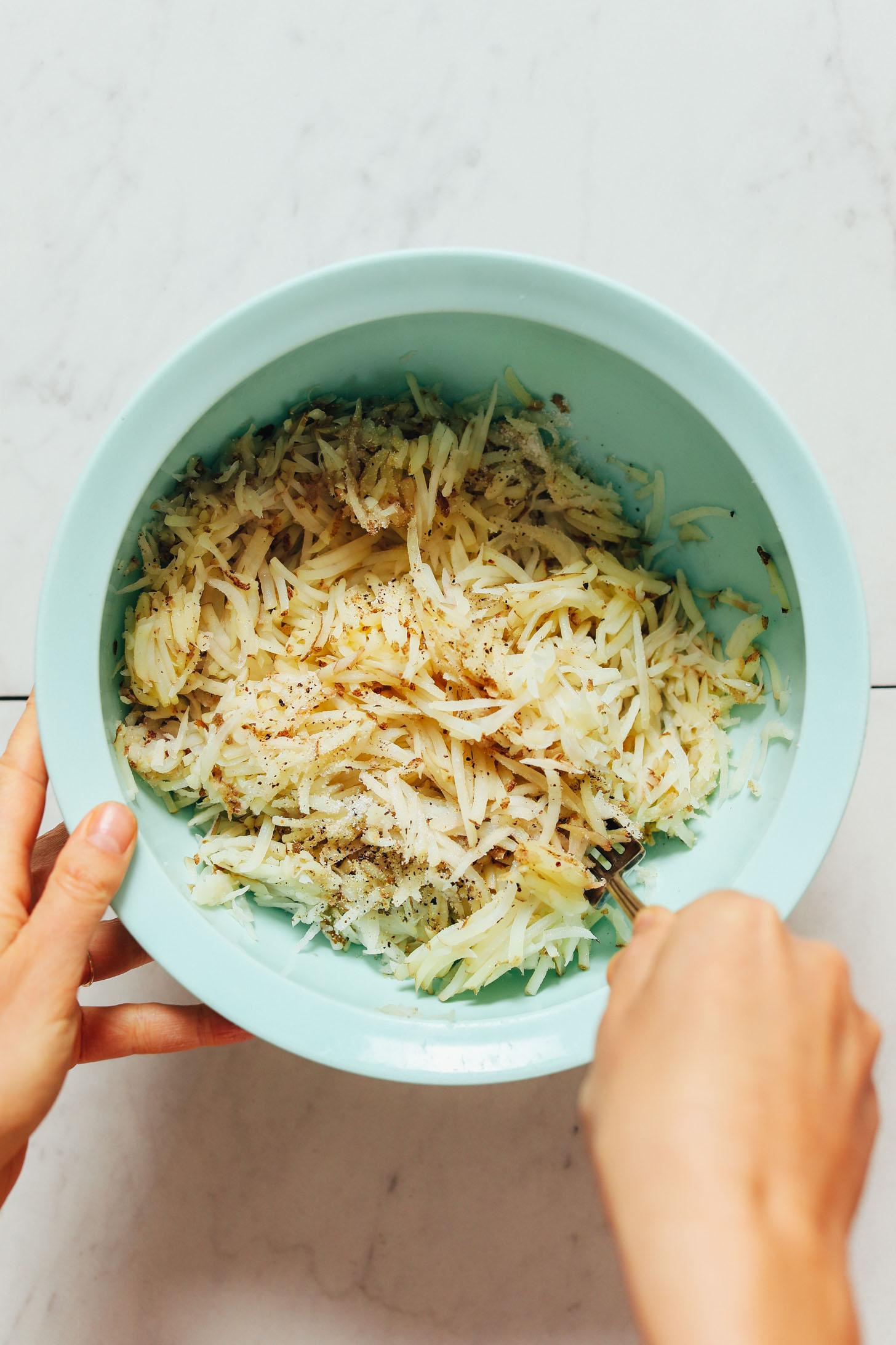 A reszelt burgonyát sóval és borssal kevergetve