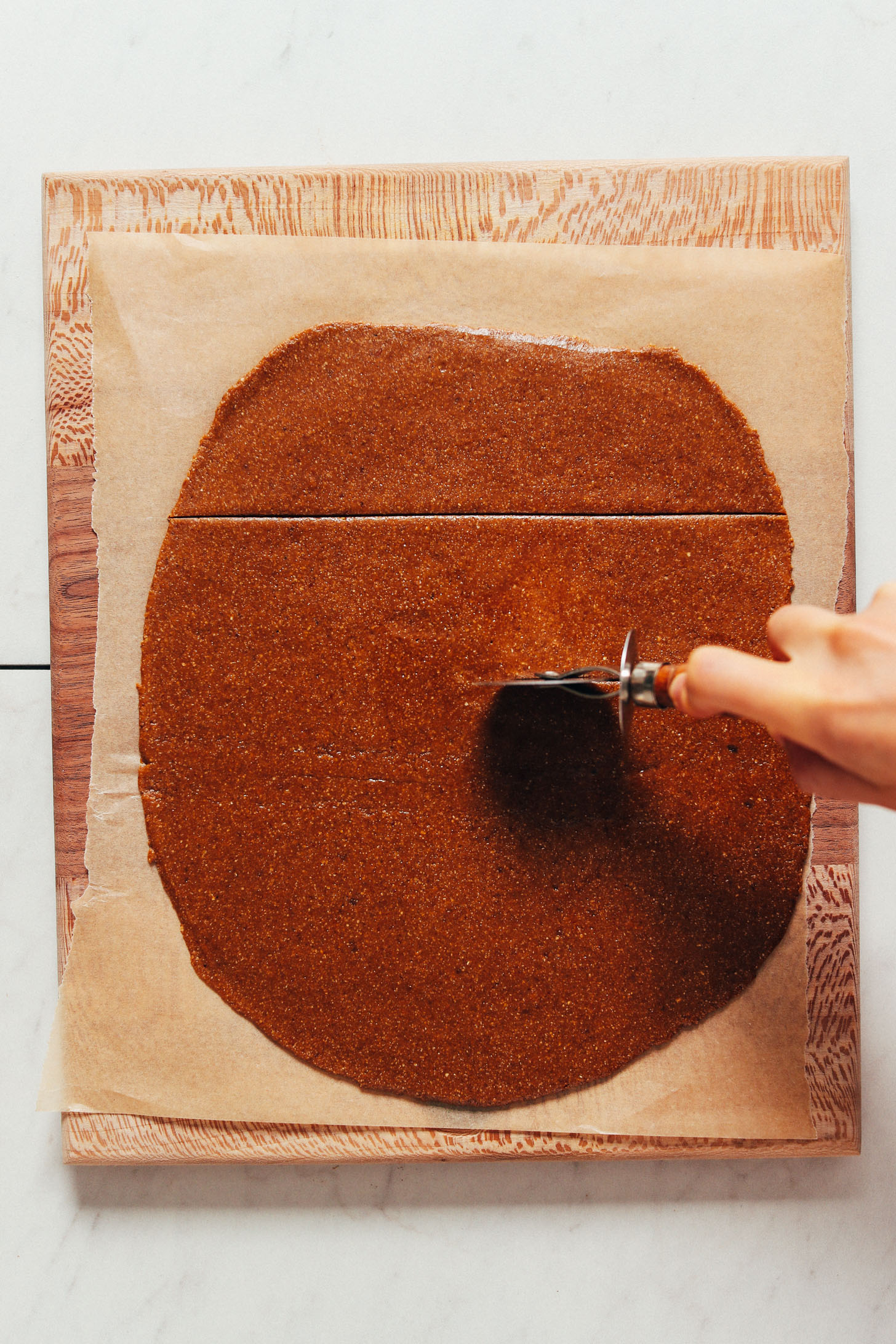 Pizzavágóval tésztát graham krakkoló formákra vághatunk