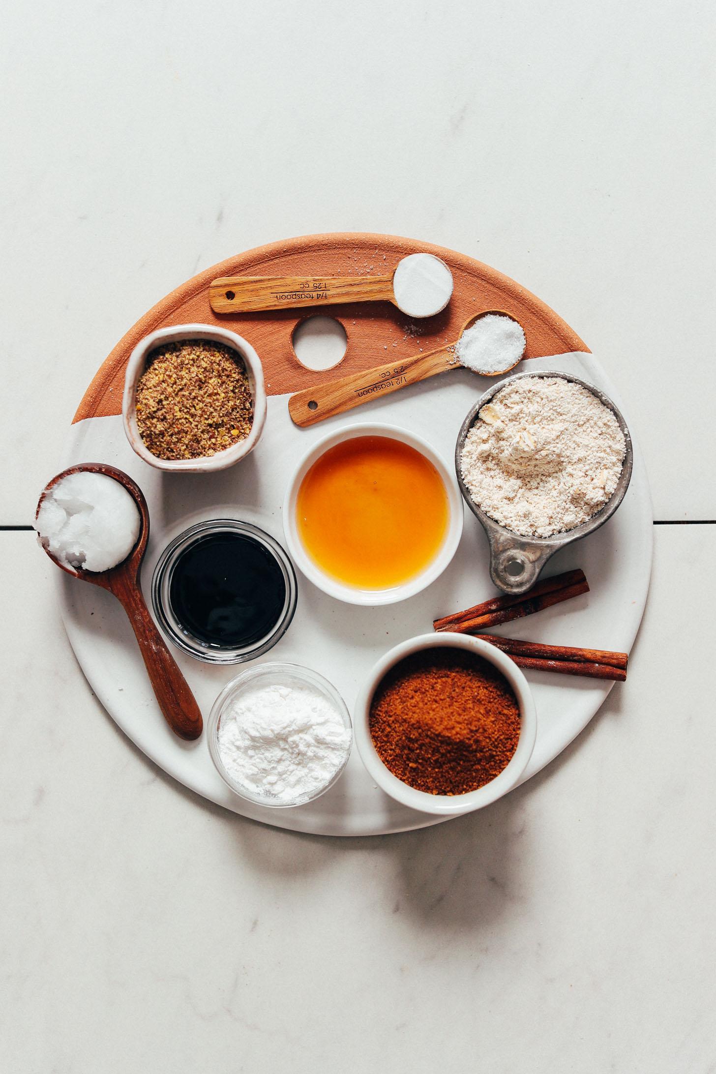 Tálca kókuszcukorral, szódabikarbónával, tengeri sóval, fahéjjal, juharsziruppal, melasz, kókuszolaj, zabliszt, nyílgyökér-keményítő és őrölt len
