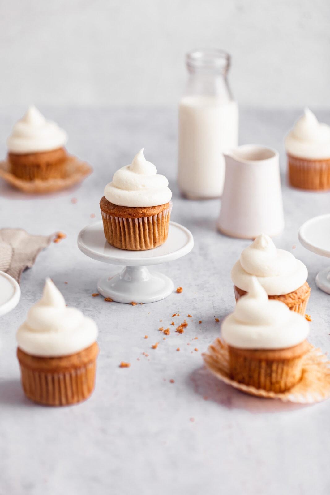 sárgarépa torta cupcakes tejszínes cukormáz a torta állványon