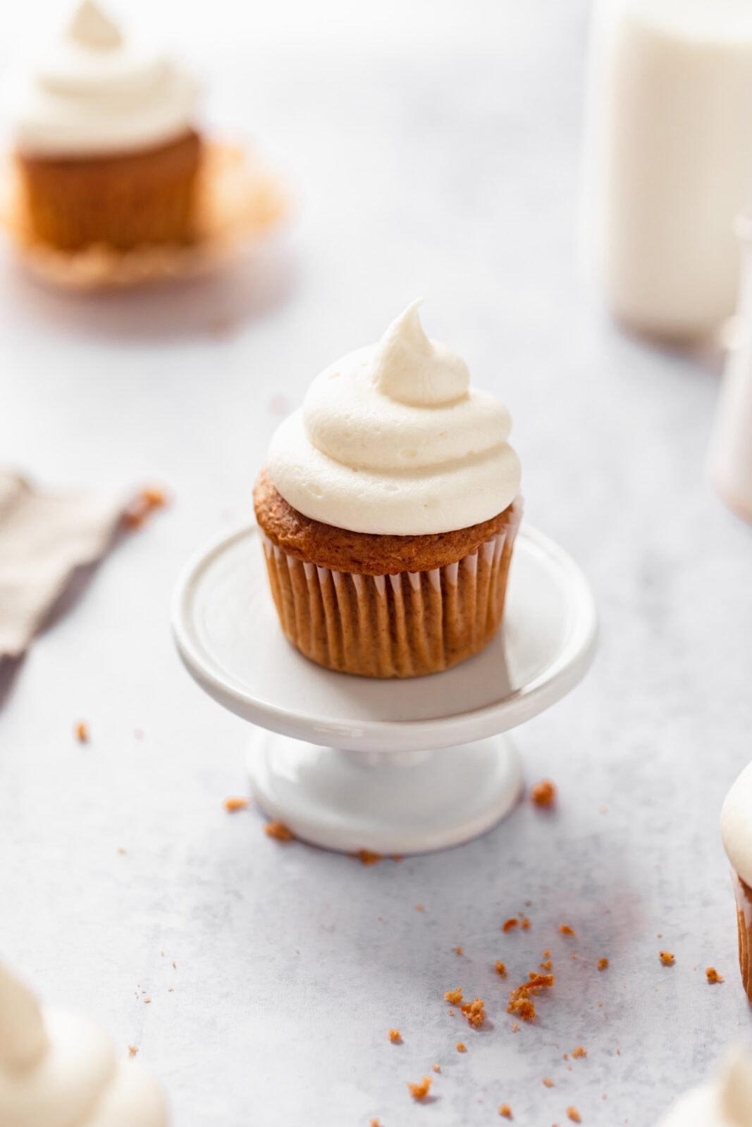 házi sárgarépa torta cupcake egy cupcake állványon
