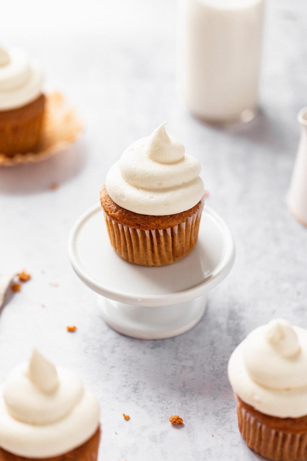 sárgarépa torta cupcake egy torta állványon