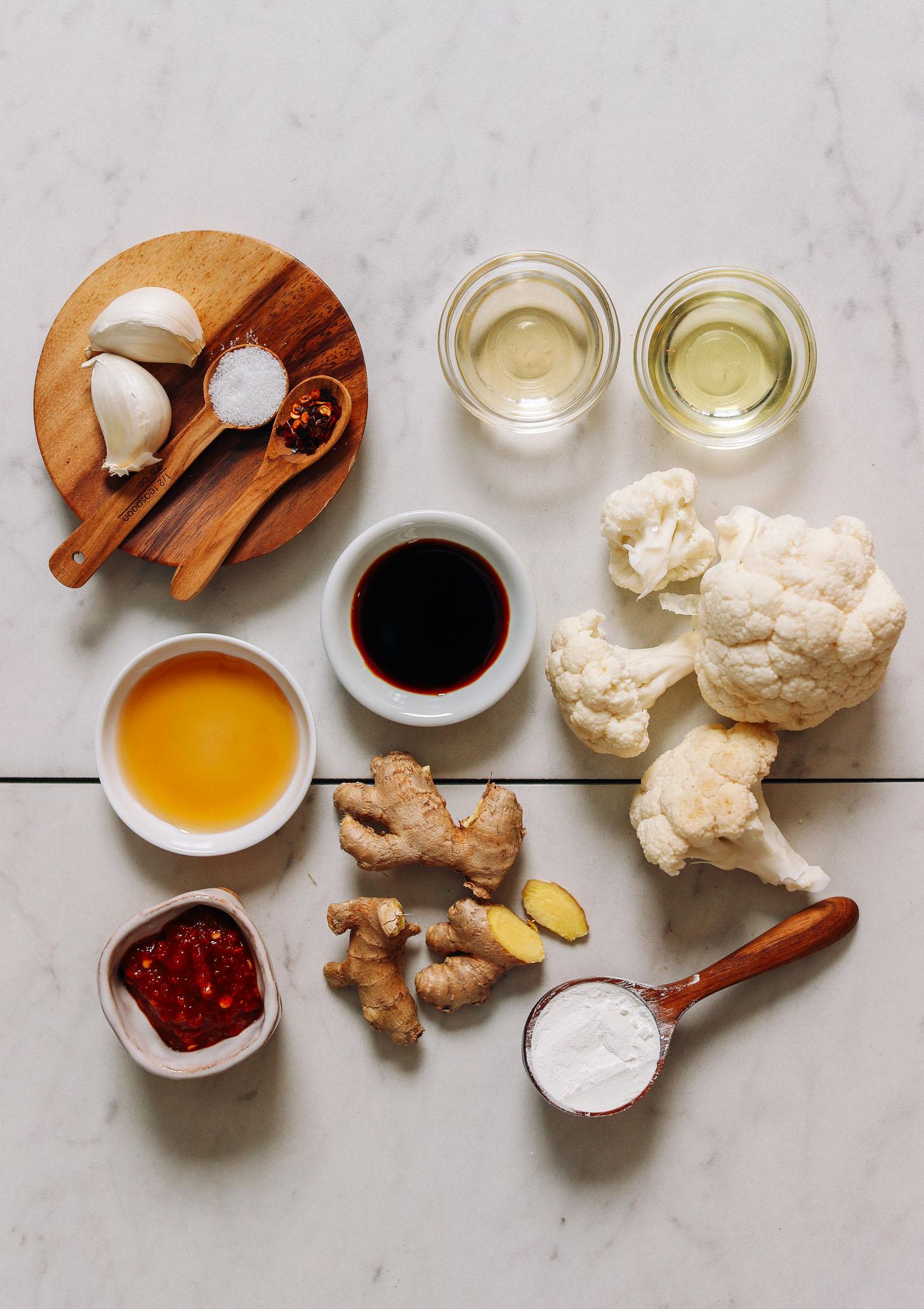 Fokhagyma, pirospaprika pehely, só, avokádóolaj, tamari, rizsecet, juharszirup, chili fokhagymamártás, gyömbér, kukoricakeményítő és karfiol