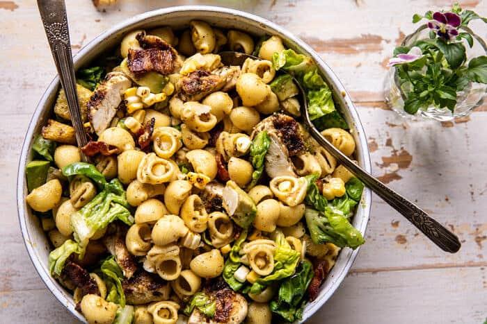 Pesto csirke, kukorica és avokádó szalonna tésztasaláta  halfbakedharvest.com