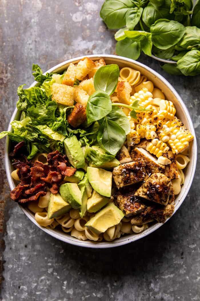 Pesto csirke, kukorica és avokádó szalonna tészta saláta  halfbakedharvest.com