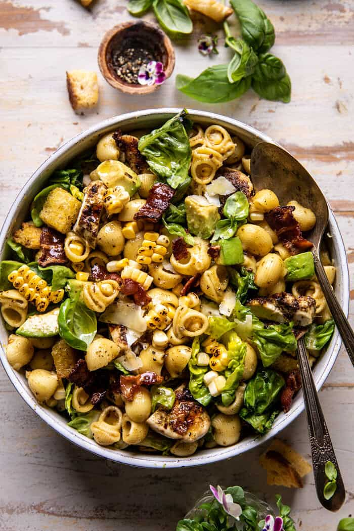a pesto csirke, a kukorica és az avokádó szalonnás tészta saláta felső fotója