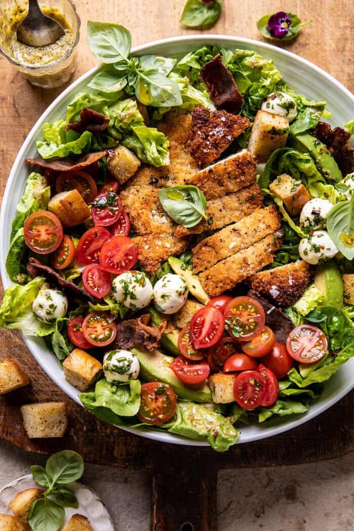ropogós olasz csirke és szalonnás saláta felső fotója Tahini pesto öntettel és savanyú krutonnal