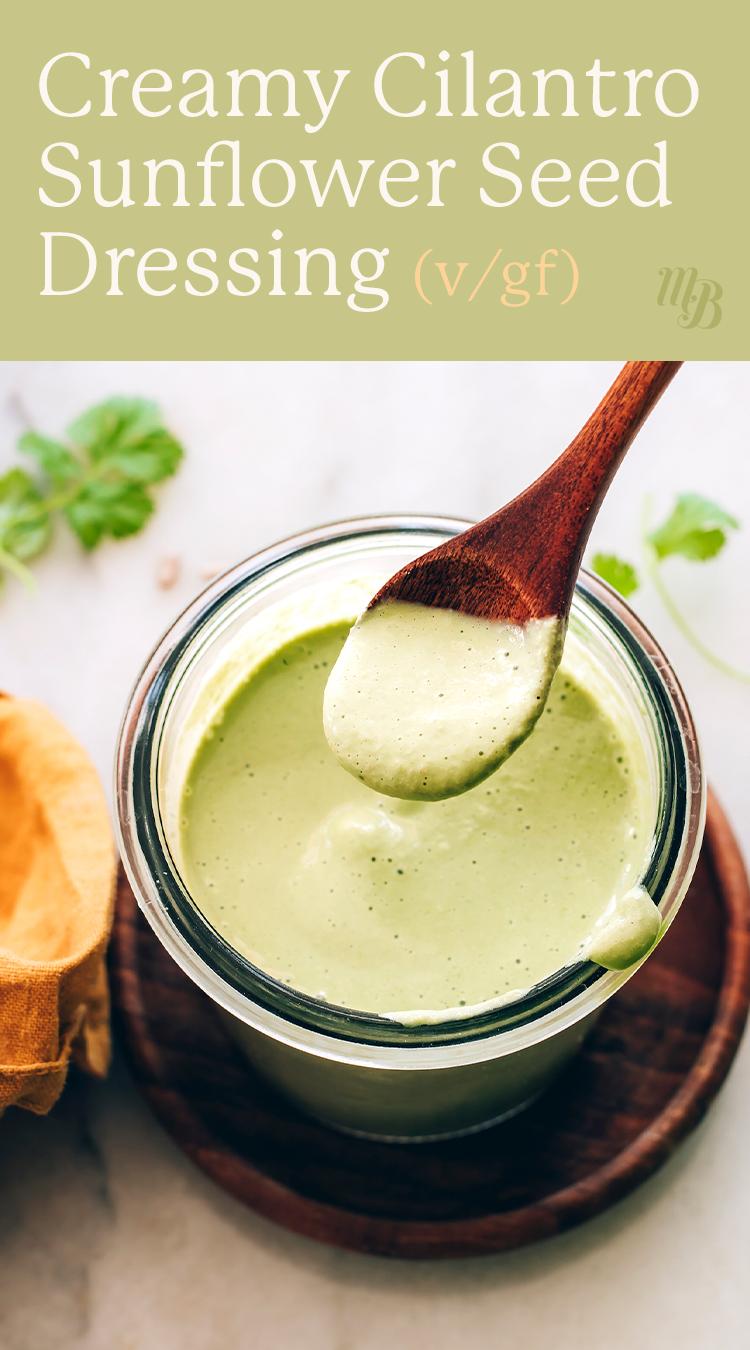 Üveg vegán és gluténmentes koriander napraforgómag öntettel kanállal