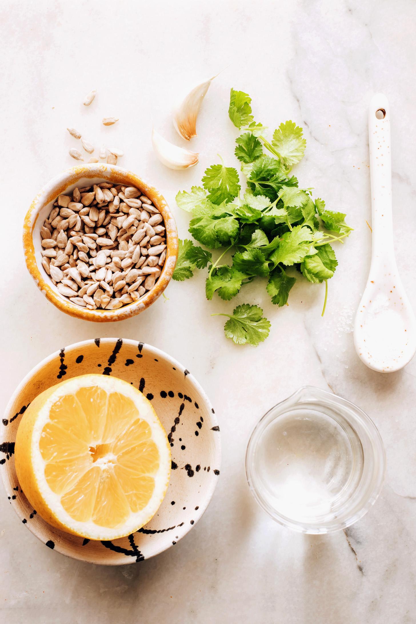 Napraforgómag, fokhagyma, koriander, só, víz és citrom