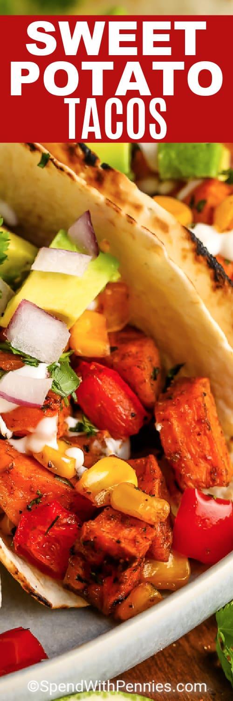 Édesburgonya Tacos egy tányérra, írással