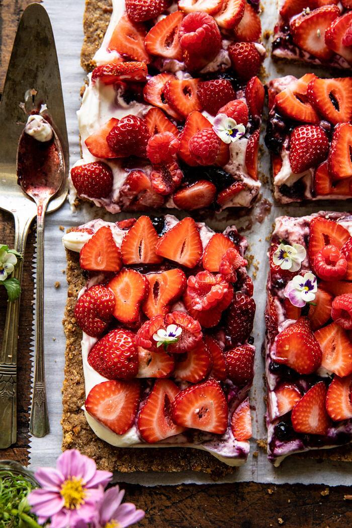 Egyszerű eper és tejszín rozs perec torta    halfbakedharvest.com