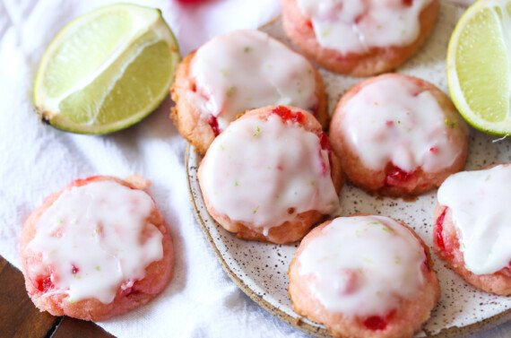 cseresznye cookie-kat a tészta mész jegesedéssel