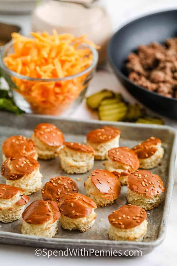 vágjon ki tepsire pirított sajtburger zsemlét hozzávalókkal a Big Mac saláta elkészítéséhez