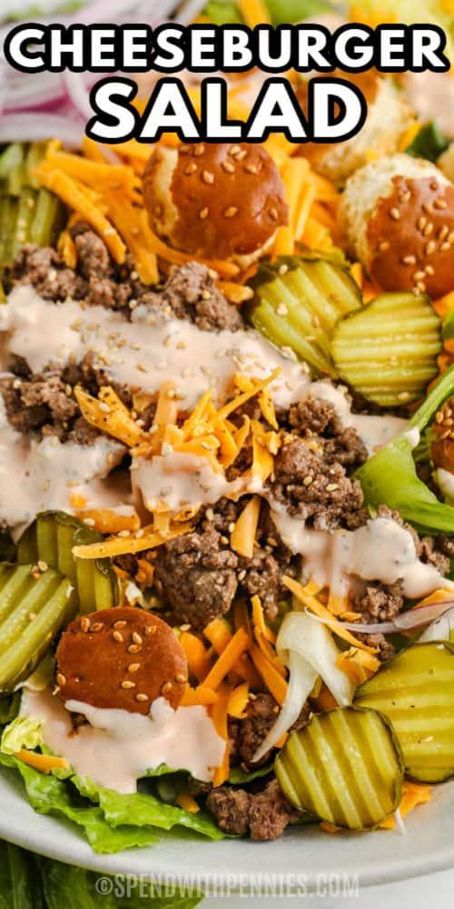bevonva a Big Mac salátát öntettel és írással