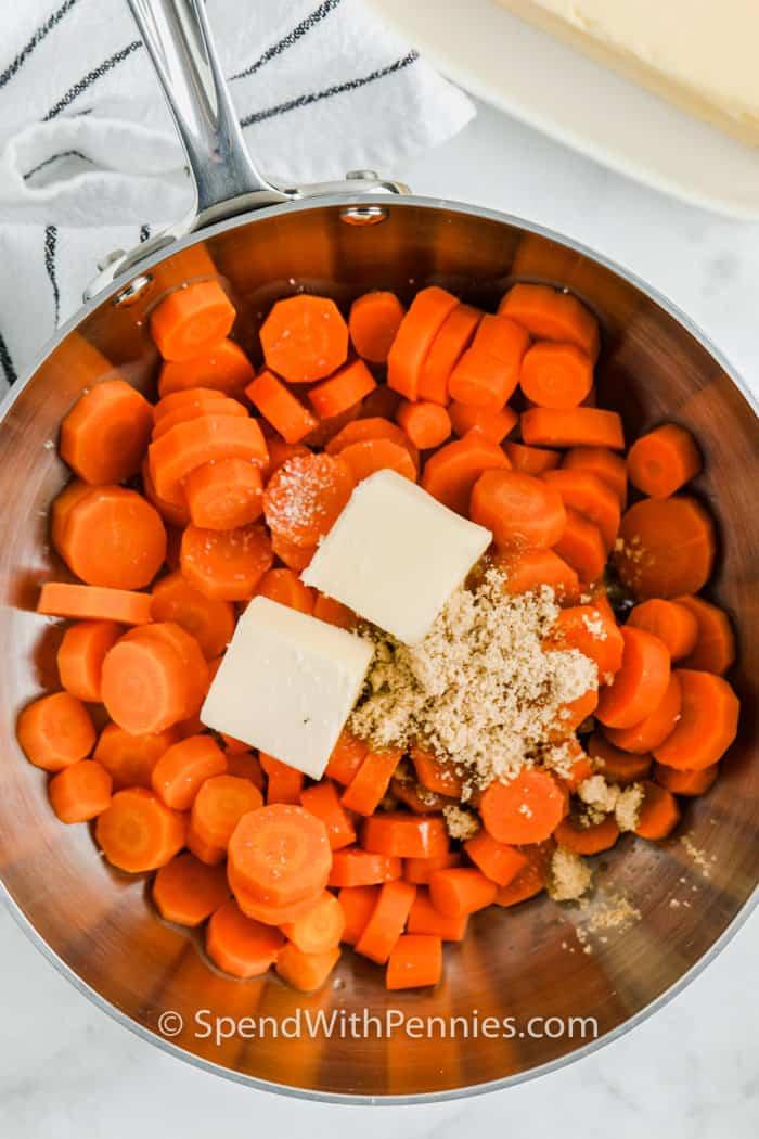 hozzávalókat egy edényben barna cukor sárgarépa készítéséhez