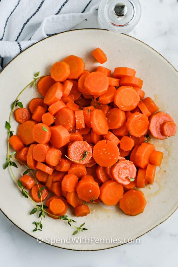 felülnézet barna cukor sárgarépa egy tányérra