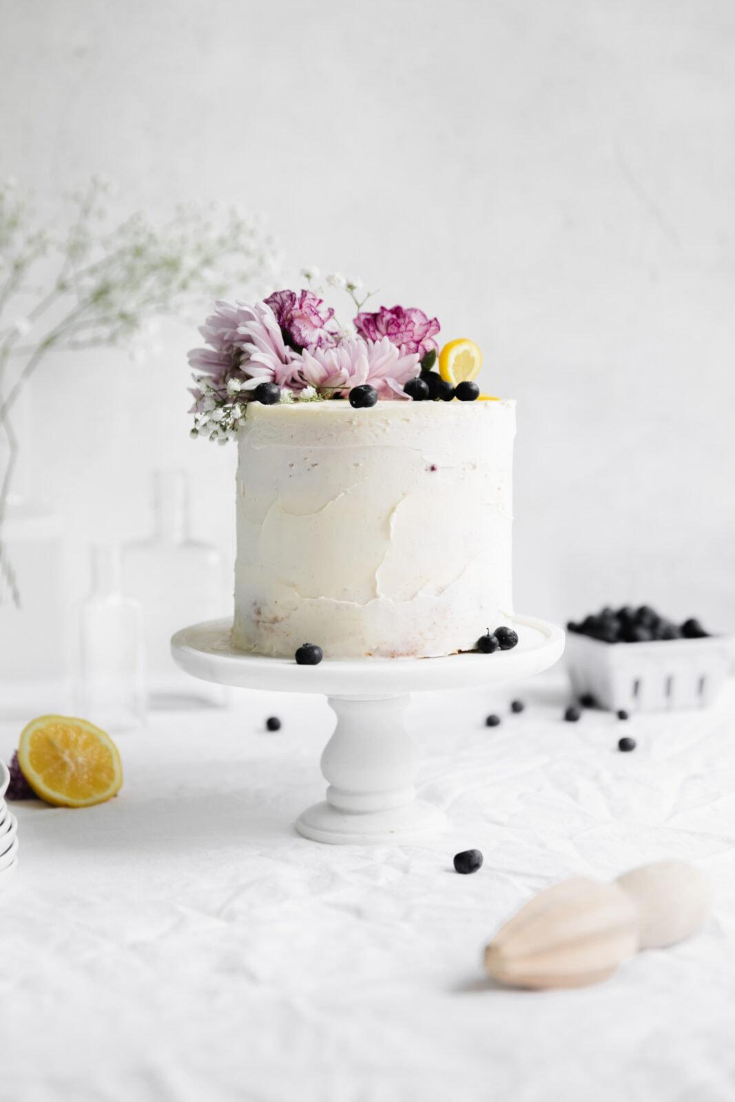 citrom torta egy cakestand