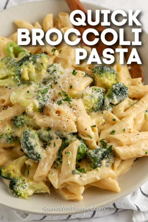 brokkoli tészta fehér tányérra szöveggel