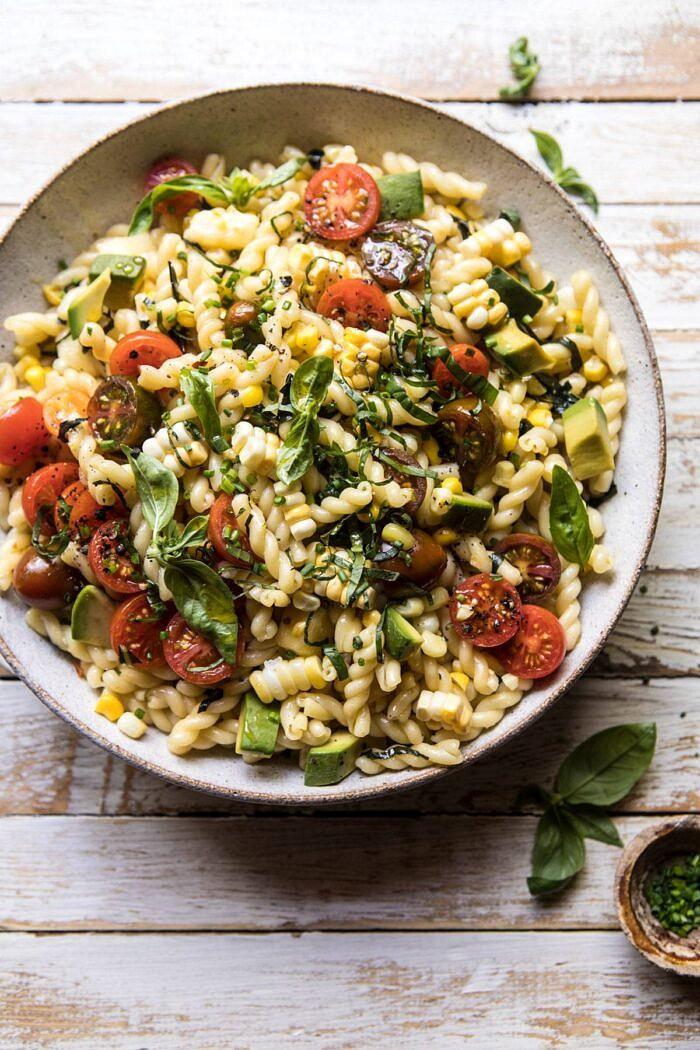 Kukorica, paradicsom és avokádó tésztasaláta  halfbakedharvest.com #pasta #summer #pastasalad # nyugodt