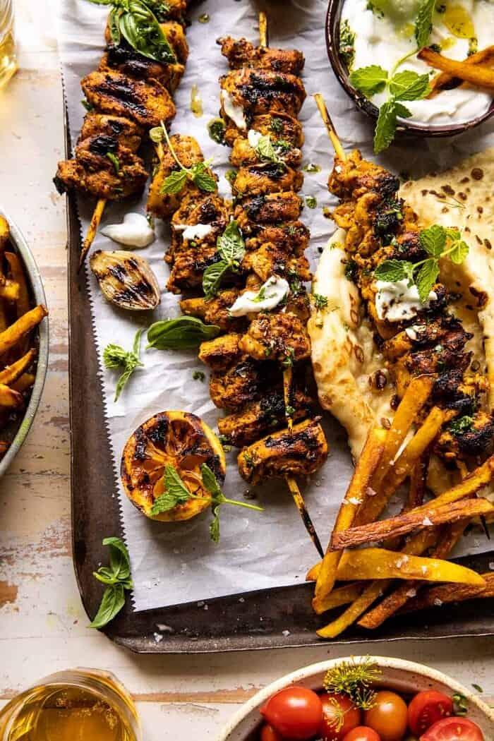 Grillezett csirke shawarma aranyvajkrumplival és fokhagymás mártással  halfbakedharvest.com