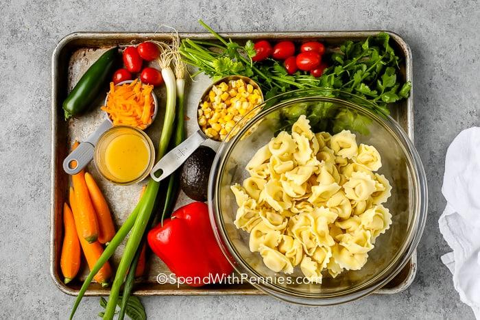 Tortellini saláta hozzávalók egy tepsibe