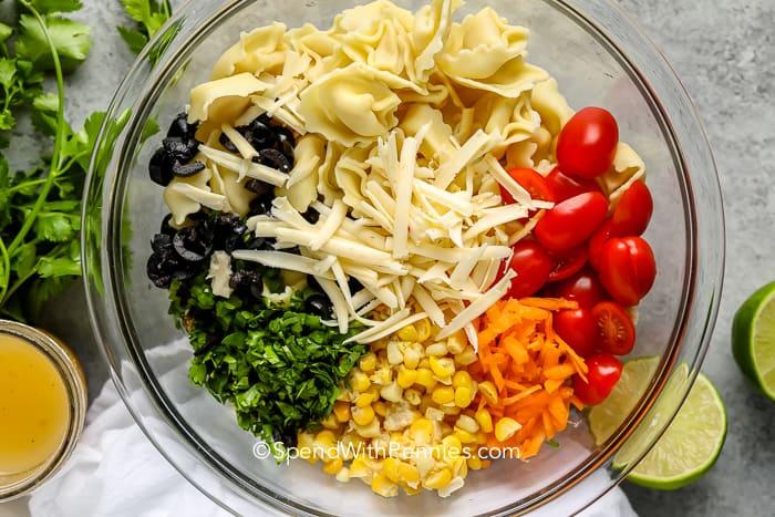 Tortellini saláta hozzávalók egy üvegtálban