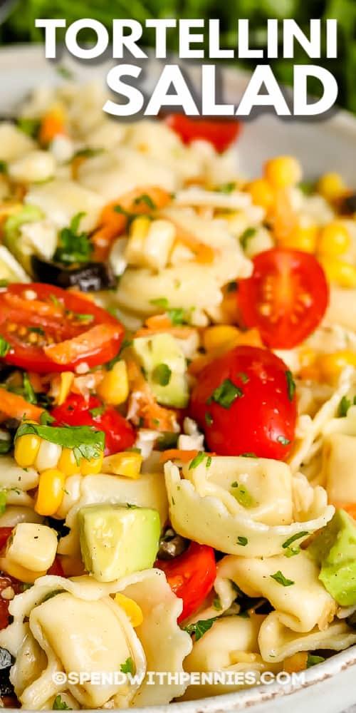 Tortellini saláta egy tálba írással