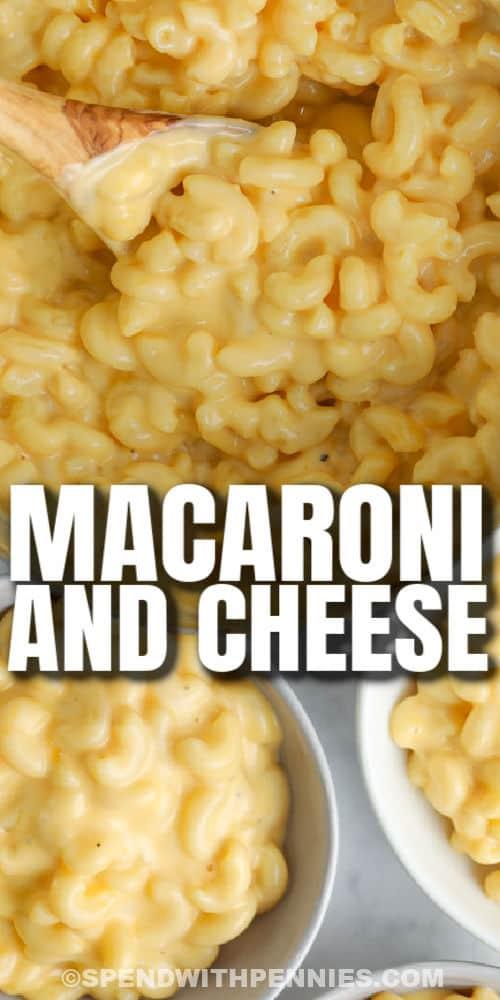 főzött 15 perc Macet és sajtot az edényben és a címmel ellátott tálakban