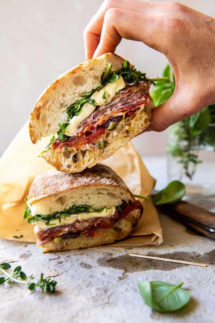 Piknik stílusú Brie és Prosciutto szendvics |  halfbakedharvest.com