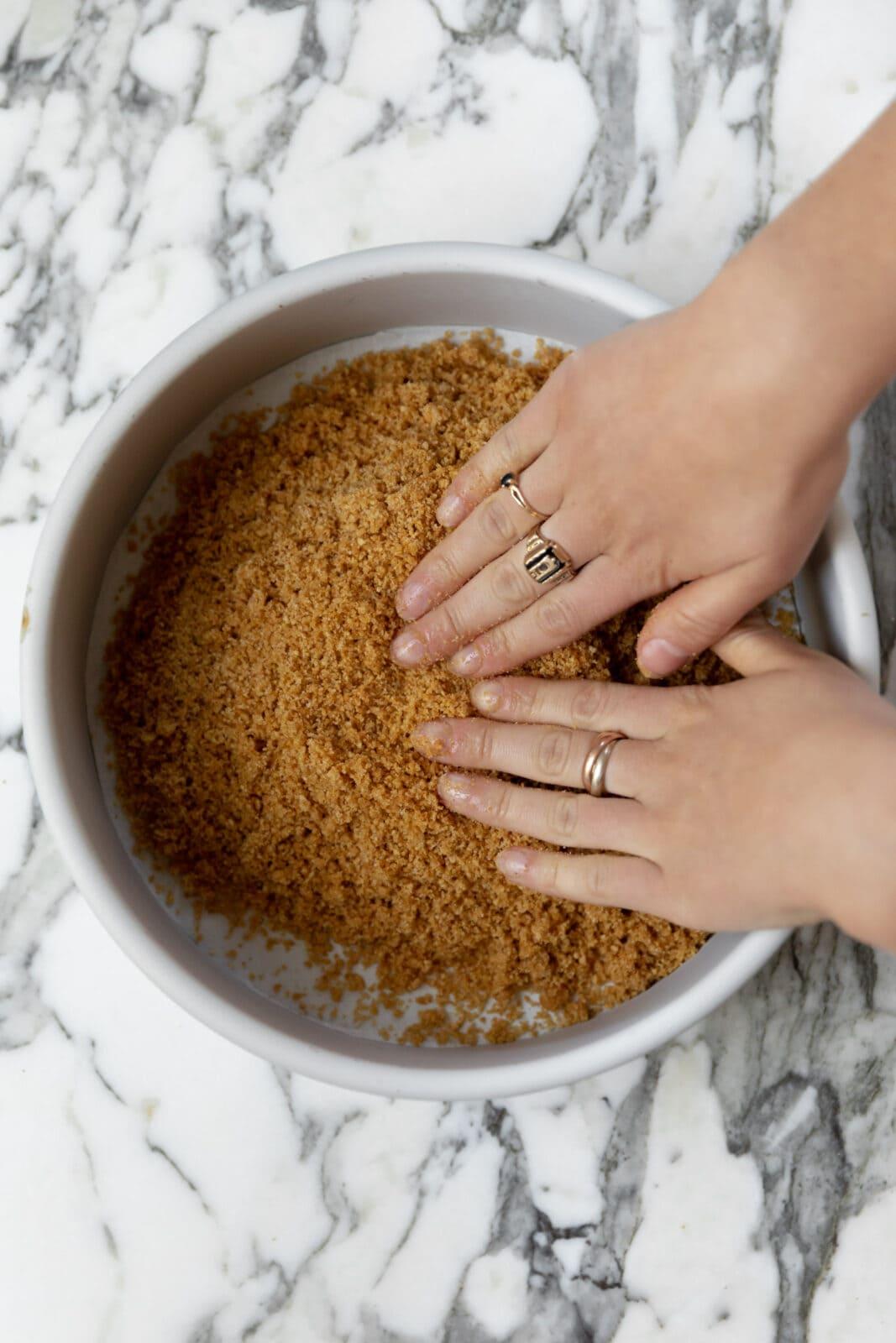 graham cracker kéreg serpenyőbe csomagolása