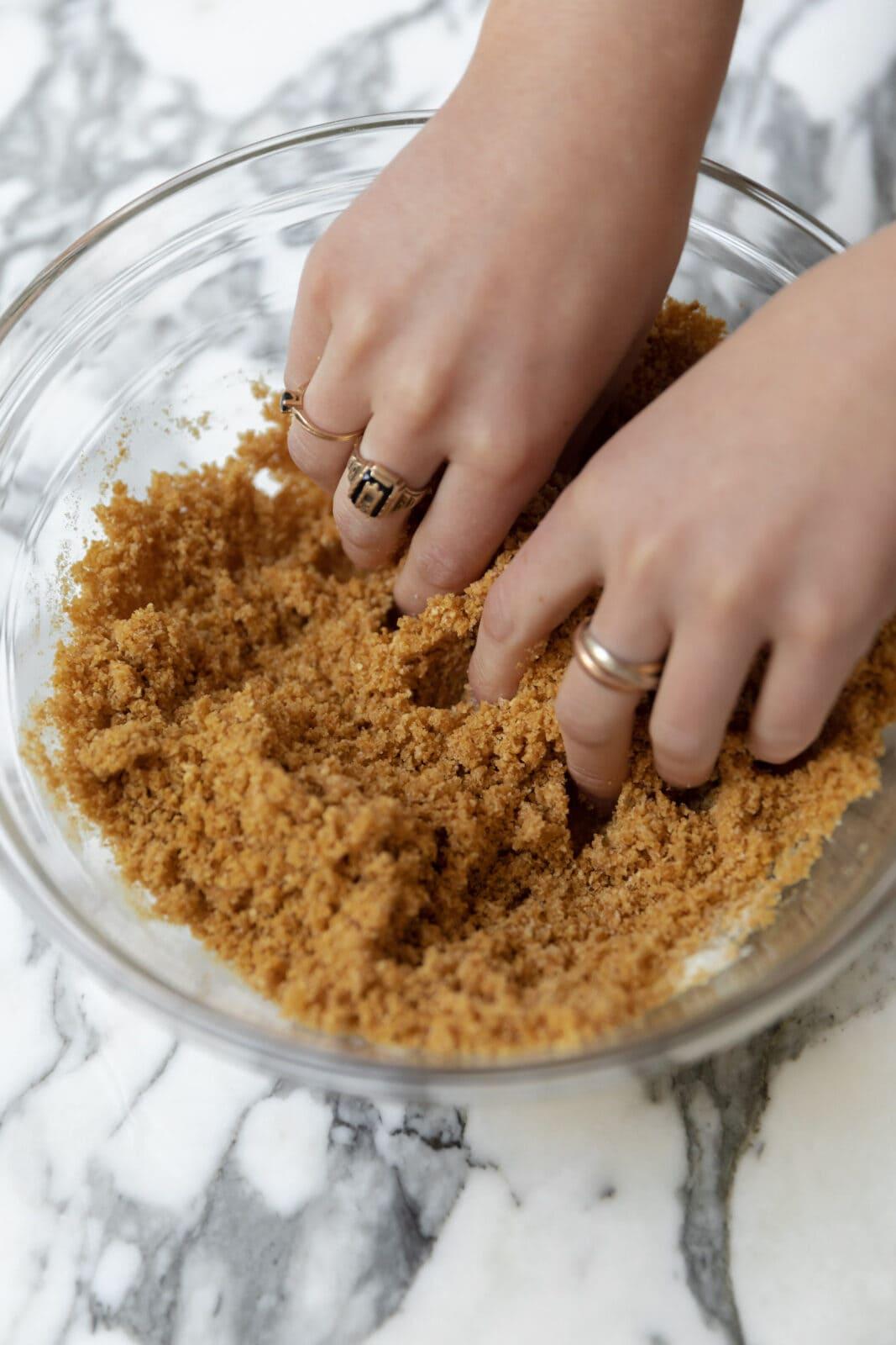dörzsölje össze a sajttorta tésztát, amíg nedves homoknak nem tűnik