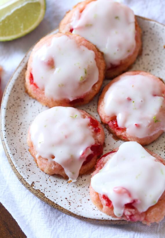 Cseresznye Limeade Cookie-k egy tányérra