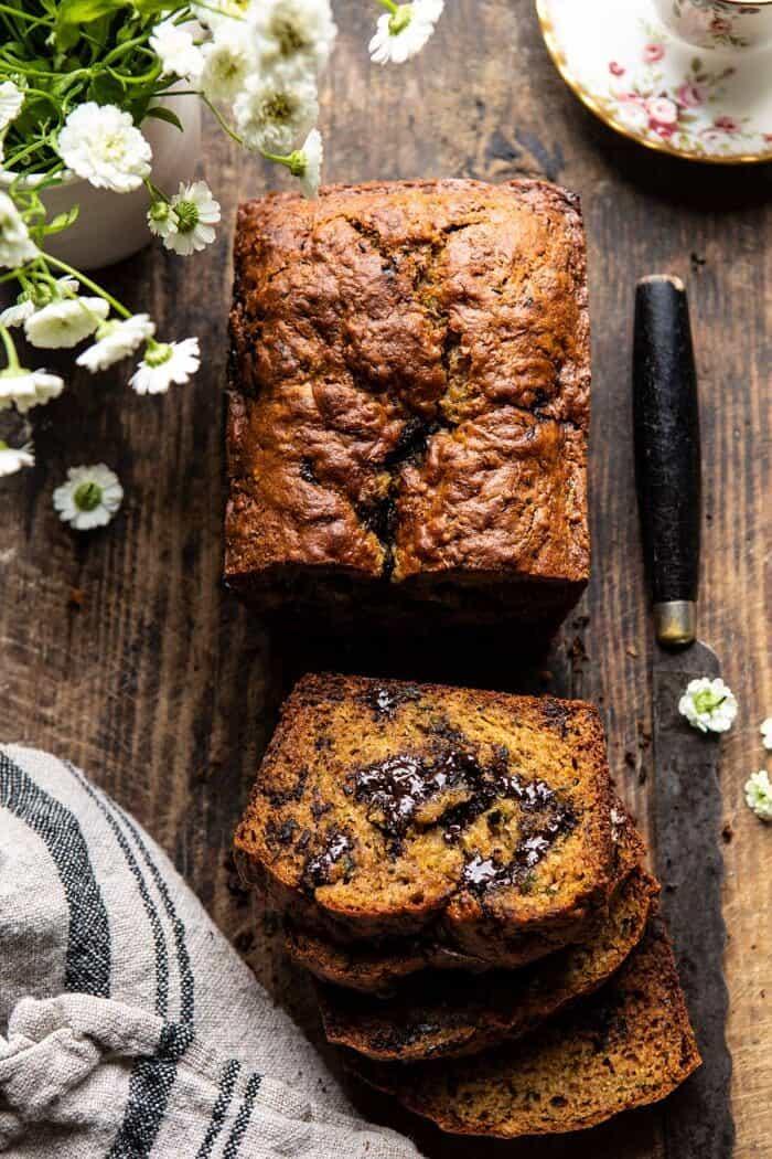 Alattomos cukkini csokoládé darab kókusz kenyér  halfbakedharvest.com # cukkini # cukkini kenyér # csokoládé # egészséges