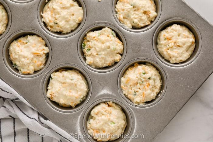 Sütés előtt sajtos muffinok (gyors kenyér) a muffin formában