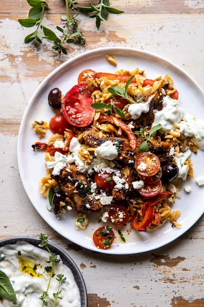 Egy Skillet görög csirke és Orzo paradicsommal, fetával és Tzatzikivel  halfbakedharvest.com