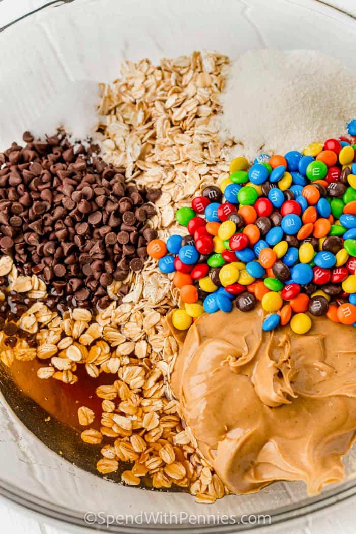 összetevőket, hogy szörny süti energiagolyókat készítsen egy tálban