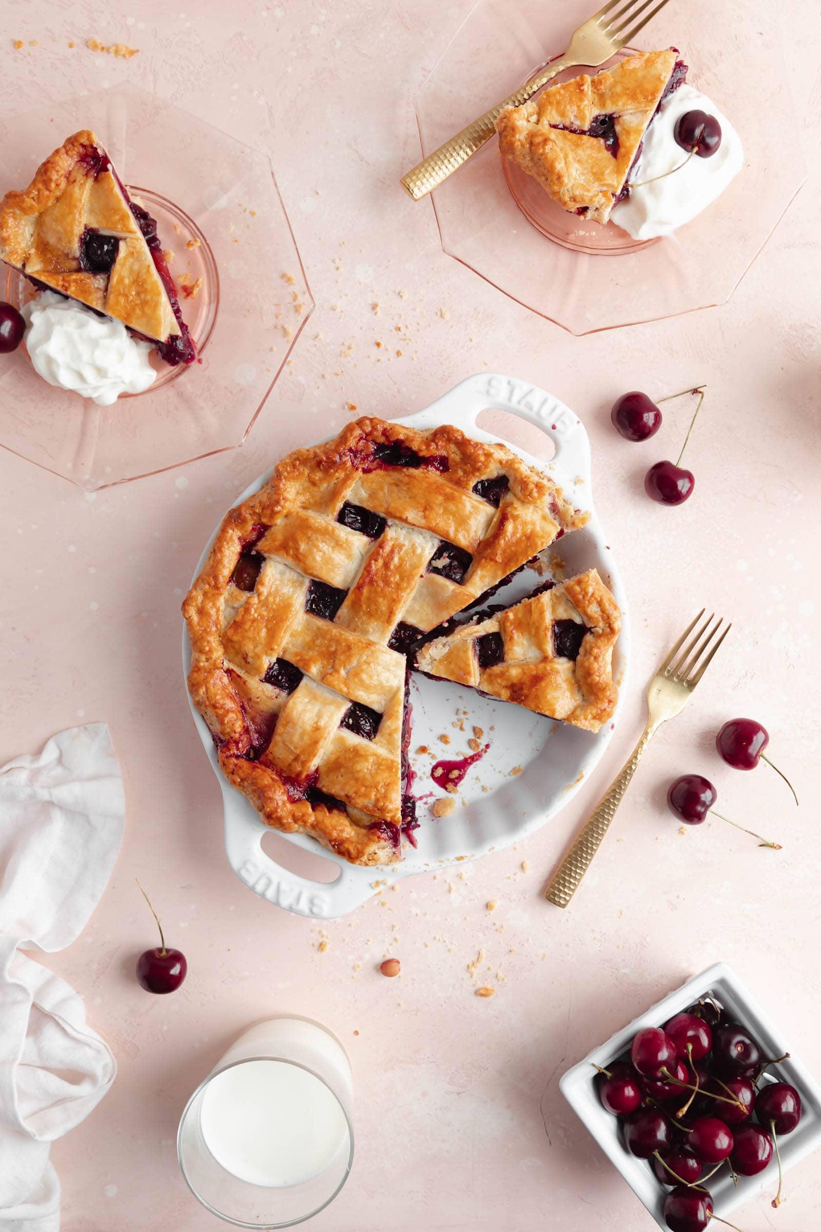cseresznye torta szeletekkel és cseresznye rózsaszín háttér