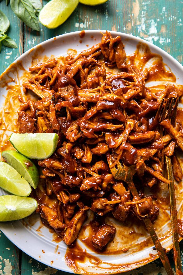 Ropogós Chipotle BBQ csirke Tacos krémes, szénsavas kukoricasalszával |  halfbakedharvest.com