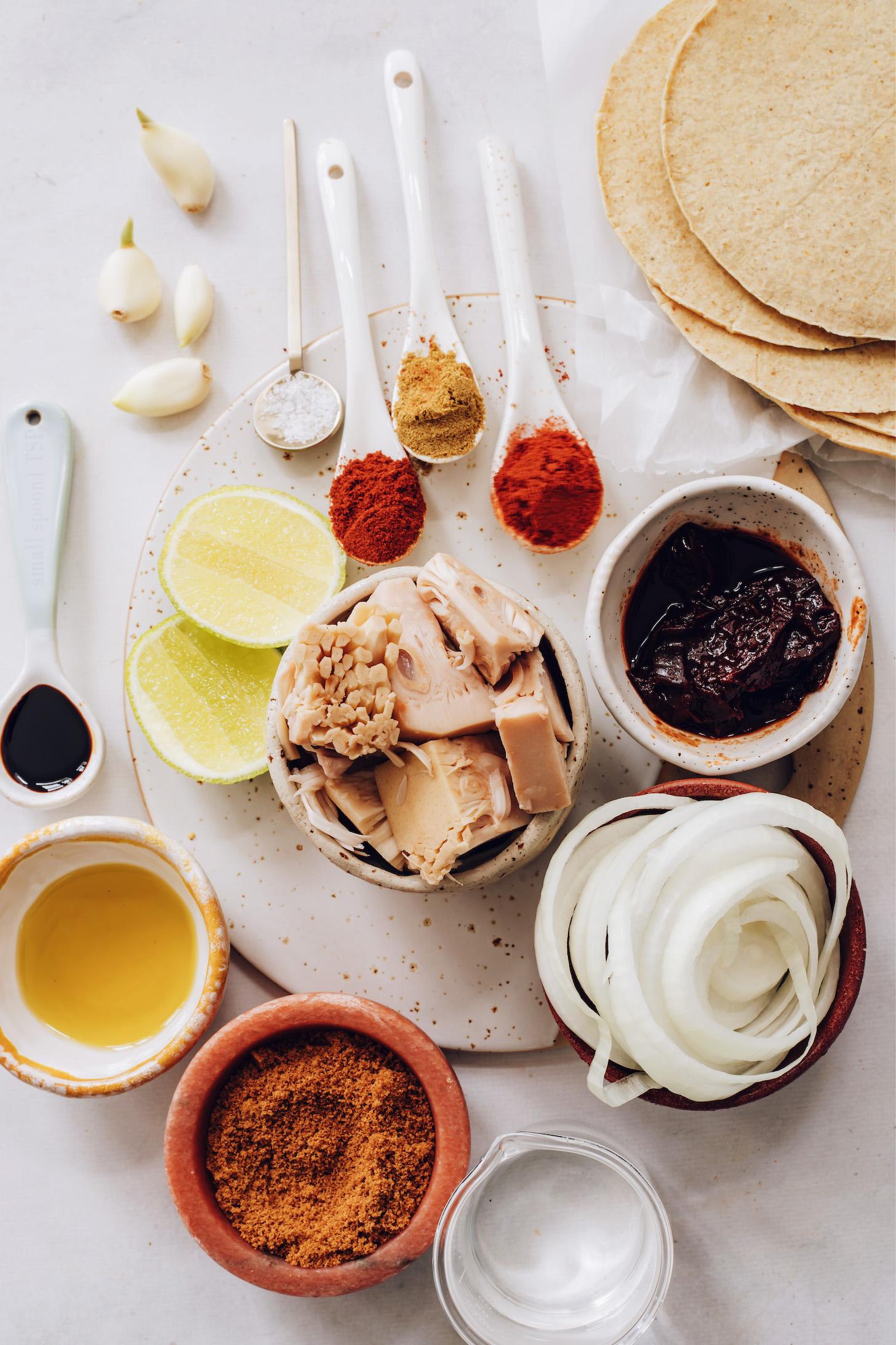 Fokhagyma, só, lime, fűszerek, jackfruit, adobo bors, hagyma, kukorica tortilla, víz, olaj és kókuszos aminosavak