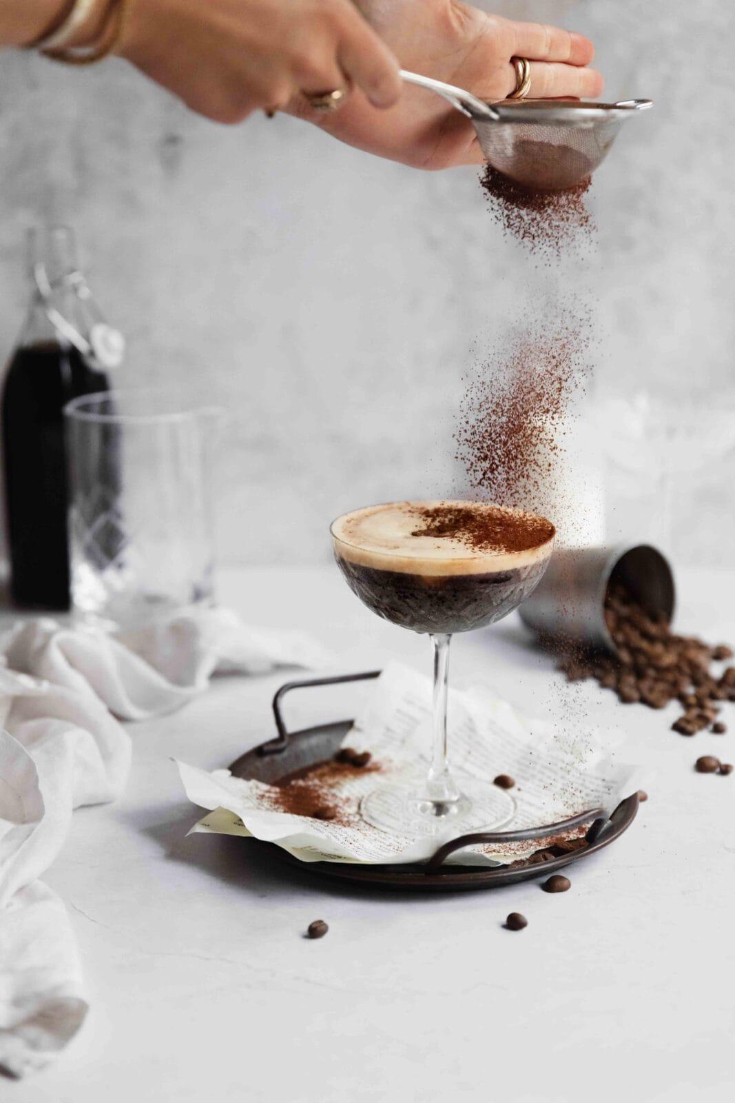 espresso martini koktélpohárban