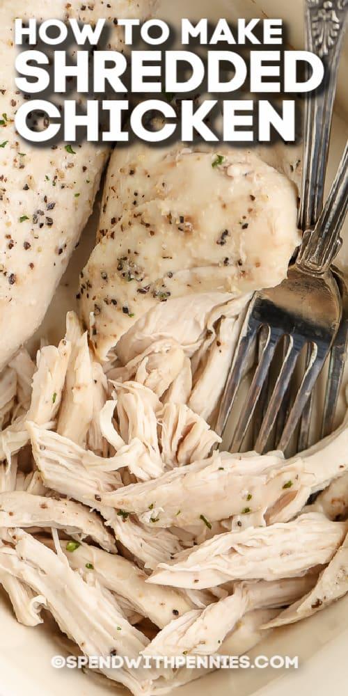 kemencében apróra vágott csirkemell és villa szöveggel