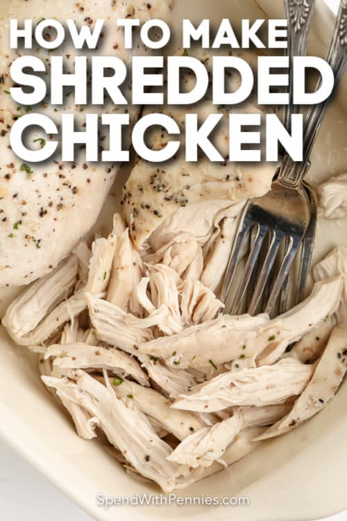közelről a sütőben apróra vágott csirkemell szöveggel