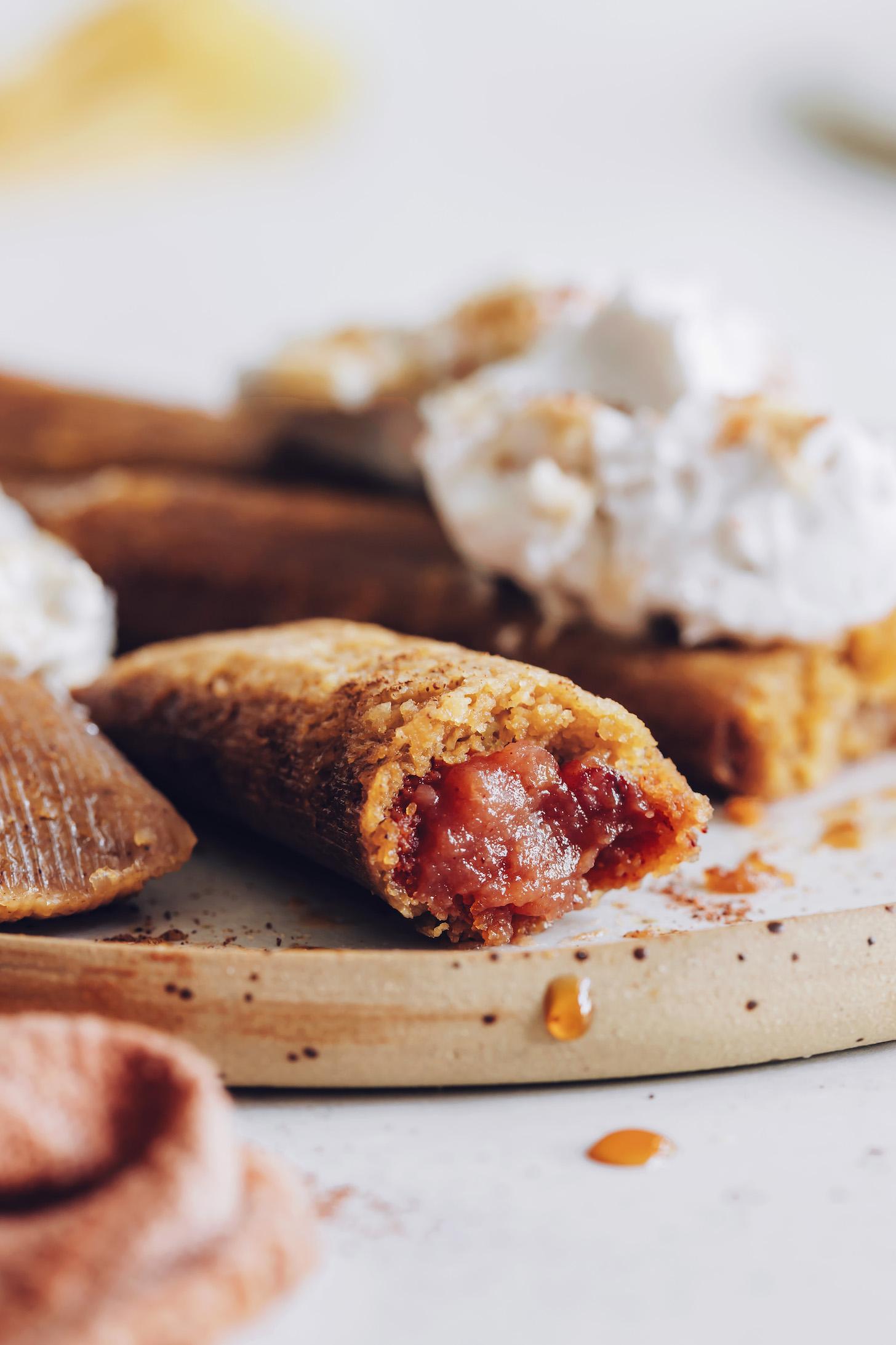 Közelkép lövés egy almás vaj desszert tamale