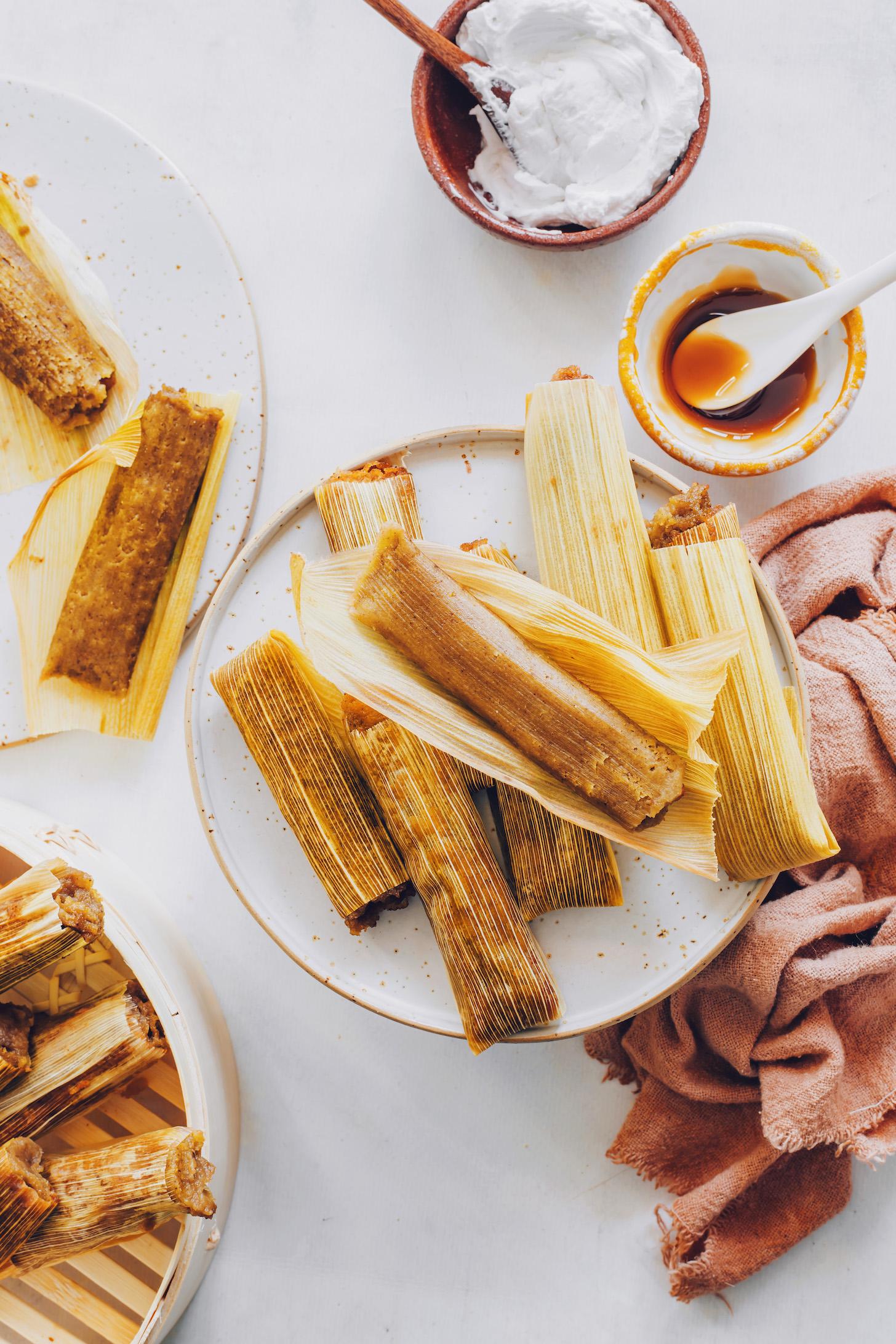 Tányér alma vaj tamales kukoricahéjban