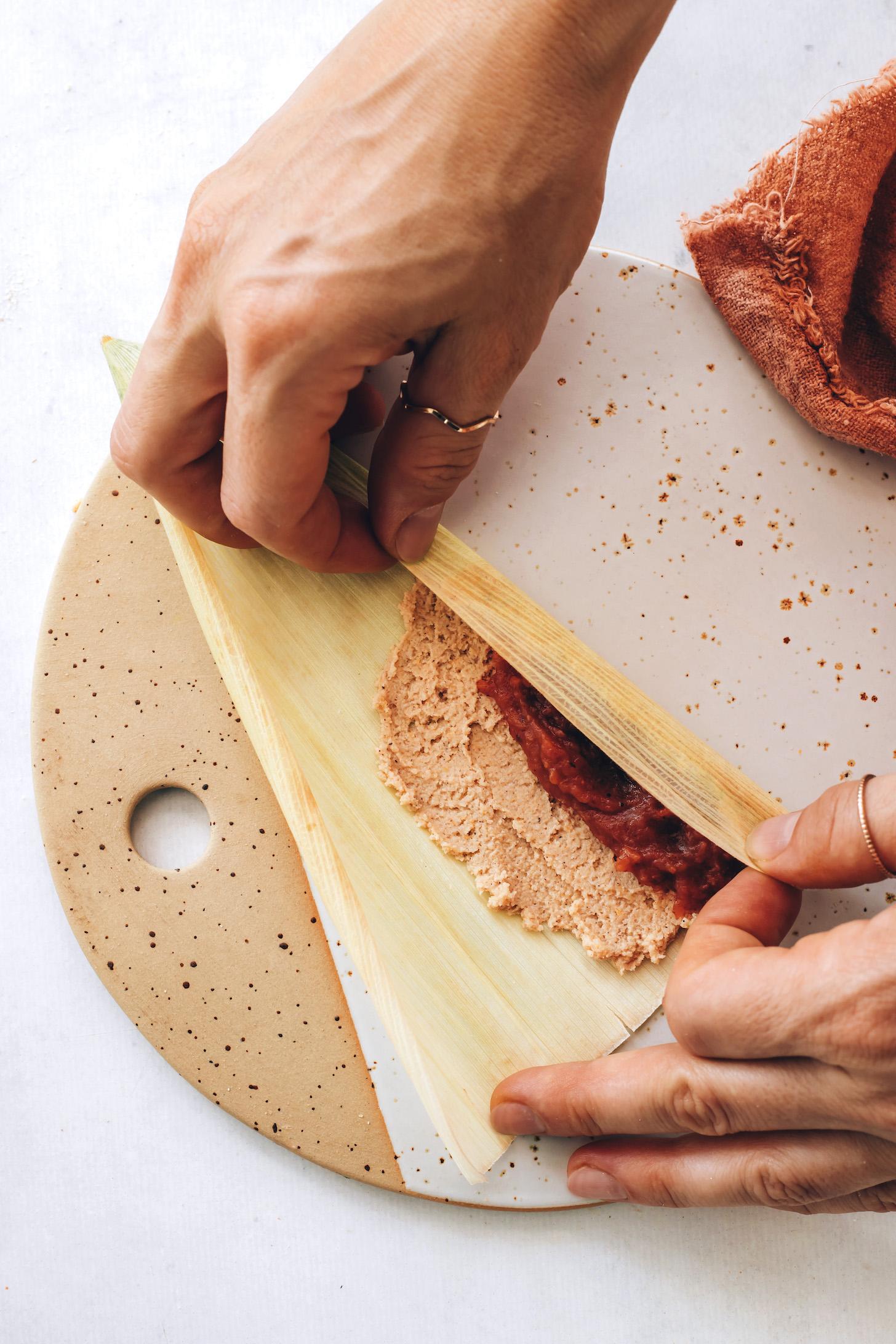 Kukoricahéj hajtogatása a massza töltelék és az almavaj fölé