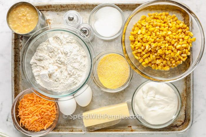 felülnézet az összetevőkből a kukoricakenyér rakott elkészítéséhez
