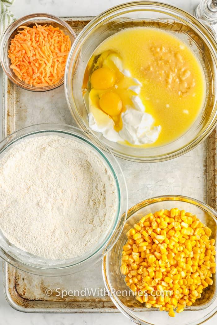 hozzávalókat egy lapon, hogy elkészítsük a Cornbread Casserole -t